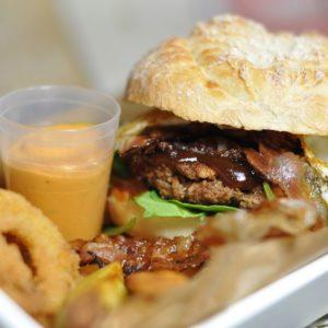 Cremiger Camembert Burger mit Preiselbeeren vom Grill - bacon egg burger 03 - 18