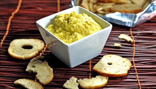 selbstgemachter Hummus mit einer Curry Note