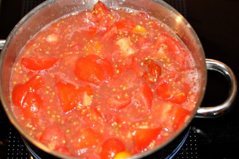 Die Paradeiser / Tomaten für die Paradeissauce etwas köcheln lassen