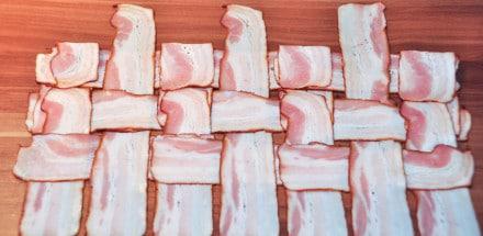 Curry-Käsekrainer im Schweinefilet-Speckmantel - speck netz anleitung 08 - 9