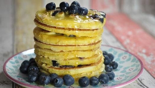 amerikanische Pancakes mit Bananen & Heidelbeeren