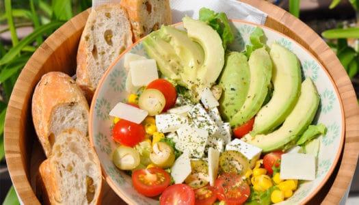 bunten Sommersalat im Garten genießen