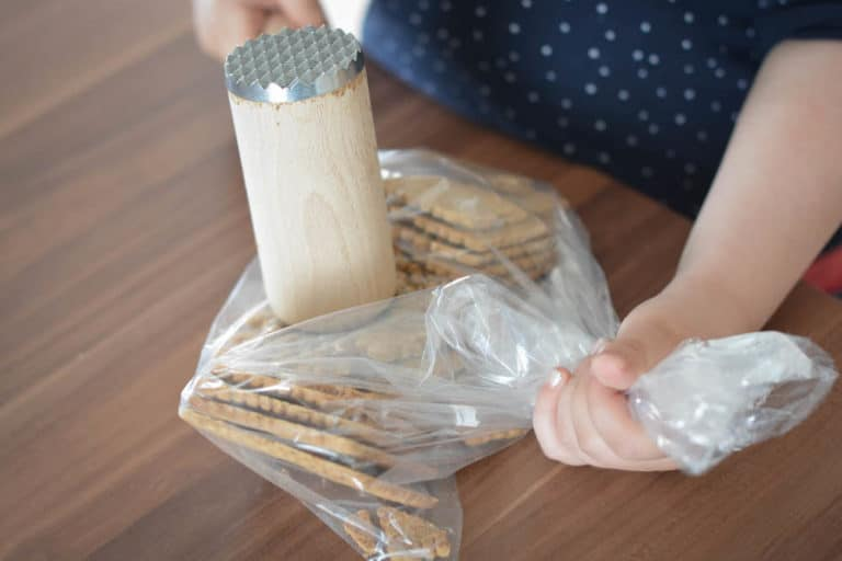 Kekse zerbröseln für den Tortenboden