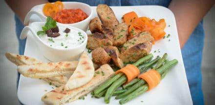 vegane Käsebratwurst mit Brot und Grillgemüse