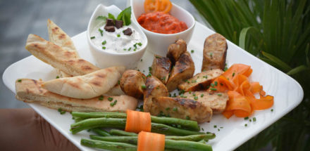 Käsebratwurst mit Pita und 2 Dips