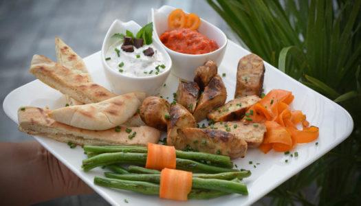 Vegetarische Käsebratwurst mit Pitabrot und Bitterschokolade-Minz-Dip