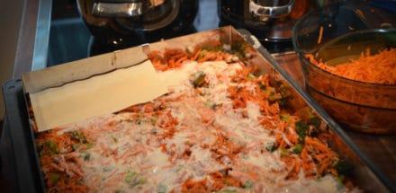 Lasagne zubereiten in Schichten am Blech