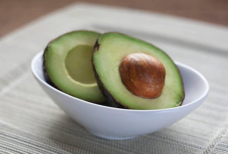 Mit frischen Avocado ein leckeres Menü im Speckmantel smoken