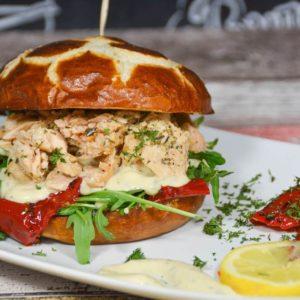 Cremiger Camembert Burger mit Preiselbeeren vom Grill - pulledlachs burger - 16