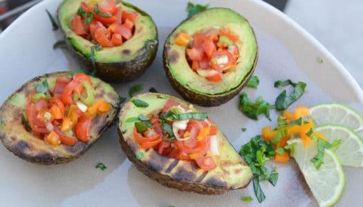 gegrillte Avocados mit würziger Salsa