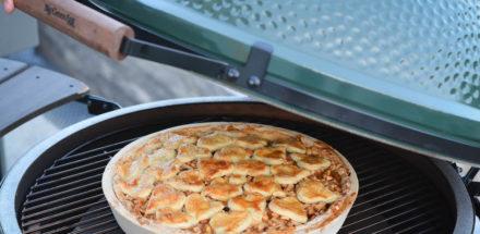 knusprig goldbrauner Apfelkuchen im Keramikgrill