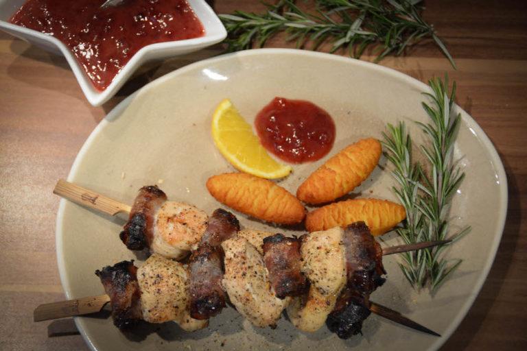 Fruchtige Hühnerspieße mit Datteln vom Grill
