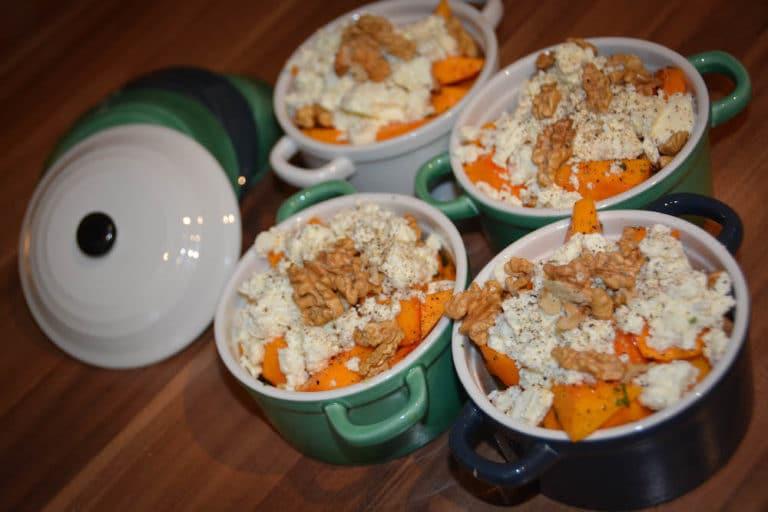Kürbistopf mit Nüssen und Schafkäse vom Grill
