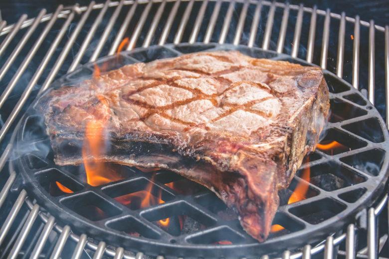 Grillen vs. Barbecue: Beim Grillen wird mit hoher Hitze scharf angebraten. Beim BBQ werden große Fleischstücke über Stunden gegart.