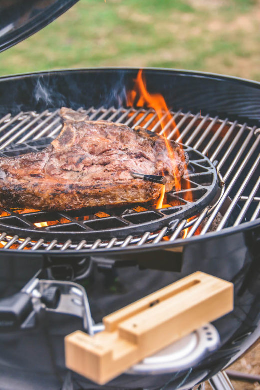 Dry-Aged Cowboy Steak von der Flamme geküsst