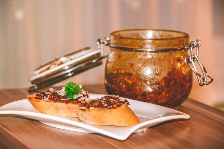 Bacon Jam auf geröstetem Sandwich mit frischem Parmesan