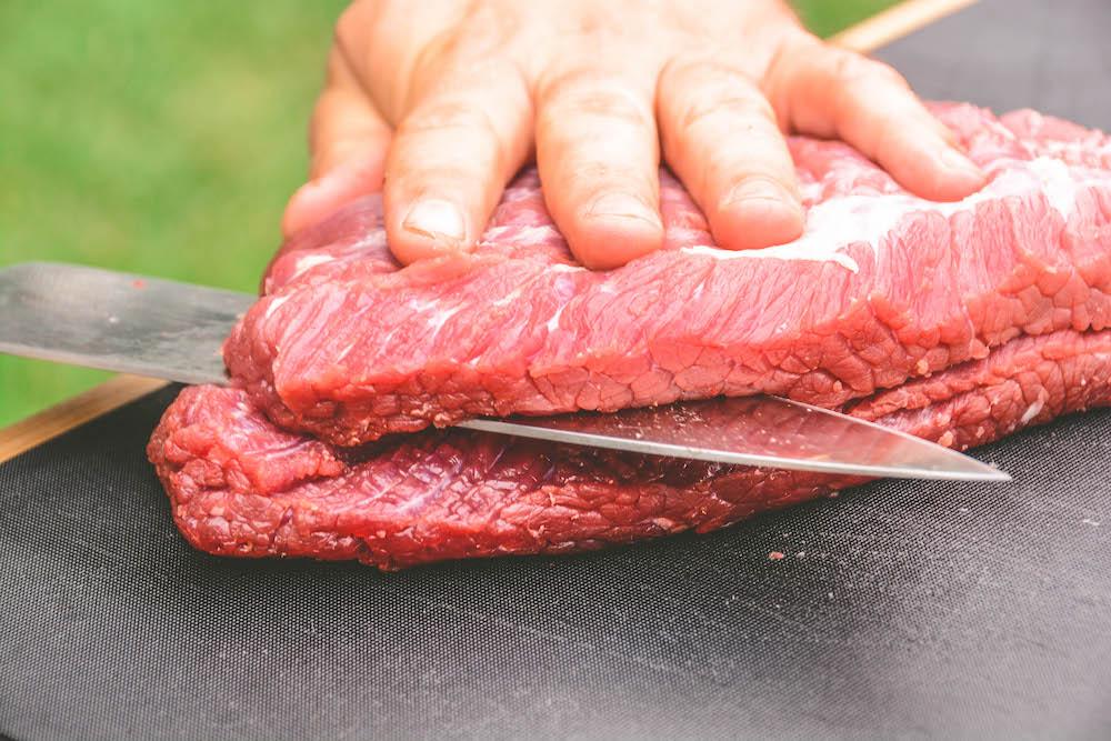 Flank Steak parieren - Grill Mythen: Fleisch hat kein Blut enthalten, maximal Fleischsaft