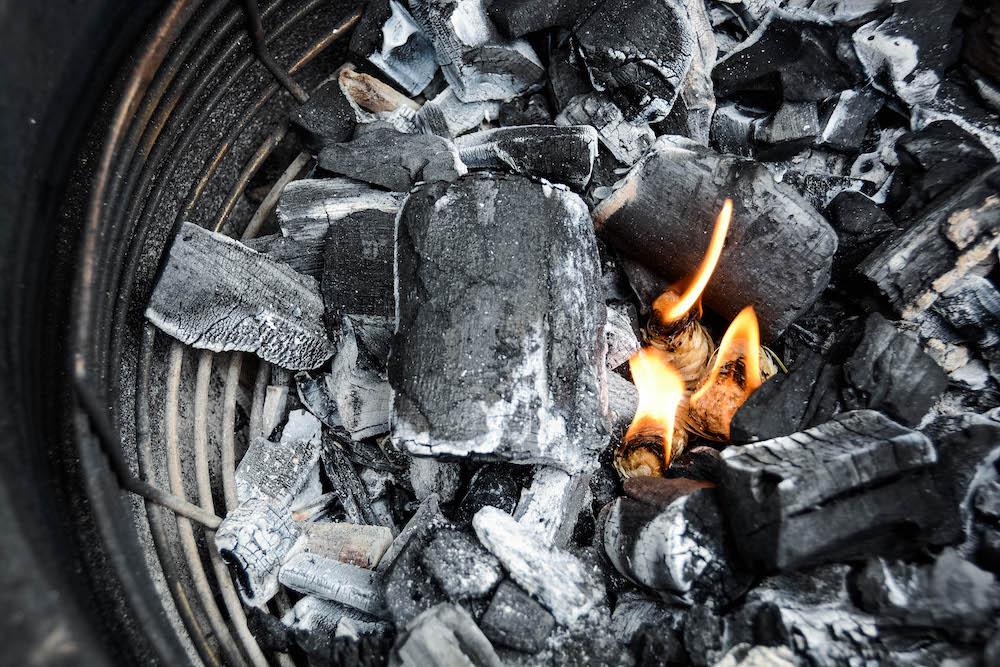 Grillmethoden im Vergleich - Anfeuern vom Monolith Keramikgrill