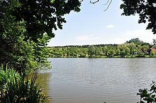 Bernsteinsee gegenüber Lodge