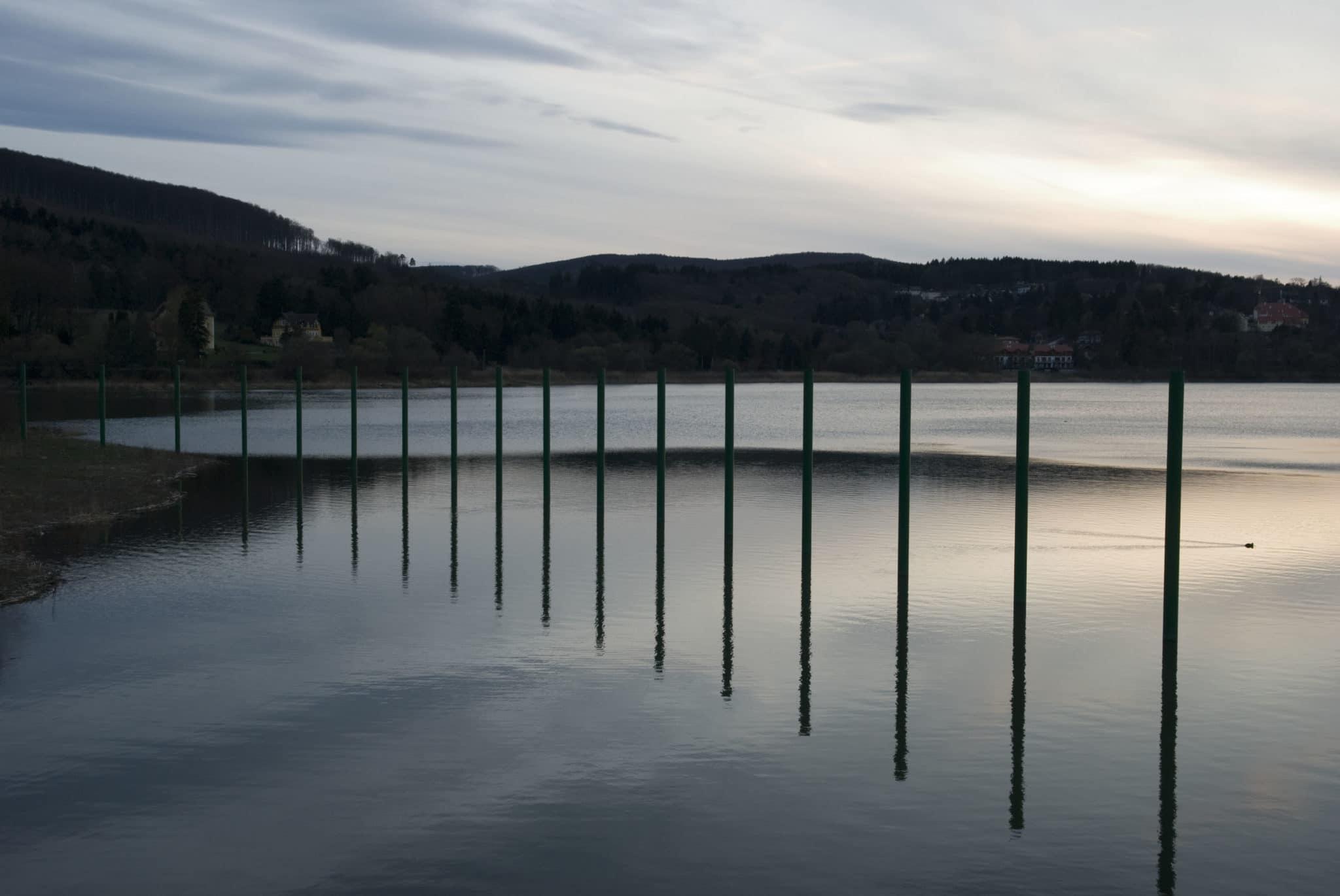 Der Wienerwaldsee in der Abenddämmerung
