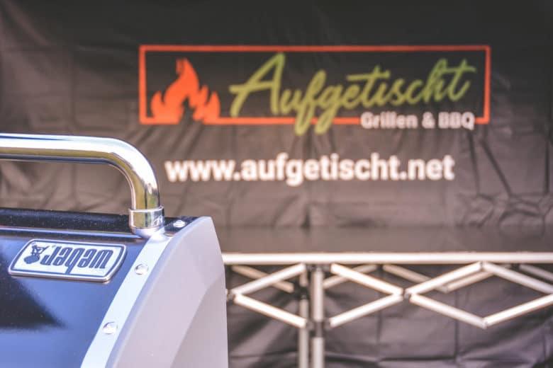 Bedruckte Seitenwand mit dem Aufgetischt - Grillen & BBQ Logo