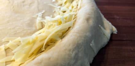 Käserand vorbereiten für die Pan Pizza