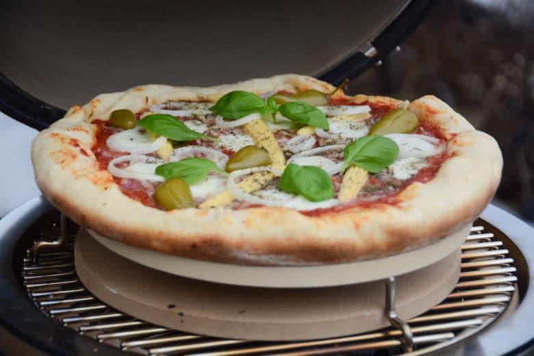 Pizza backen im Monolith Icon Keramikgrill