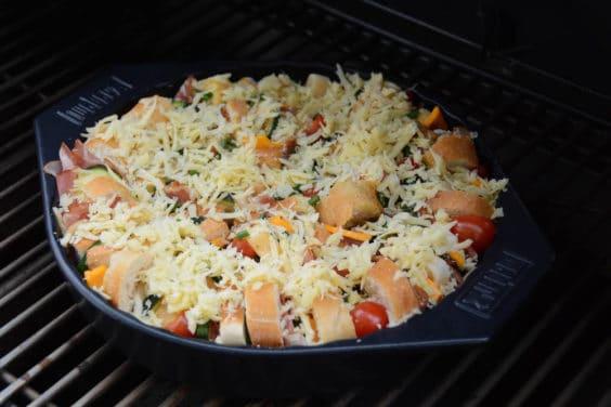 Pikanter Brotauflauf vom Grill in der Zubereitung