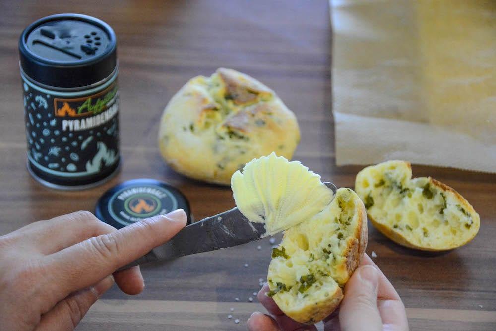 Frische Bärlauchweckerl vom Grill mit Butter angerichtet