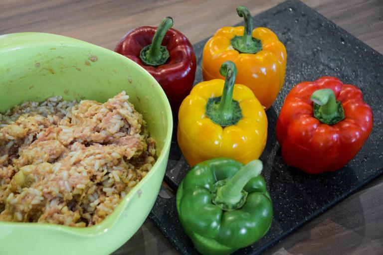 Gefüllte Paprika in der Zubereitung