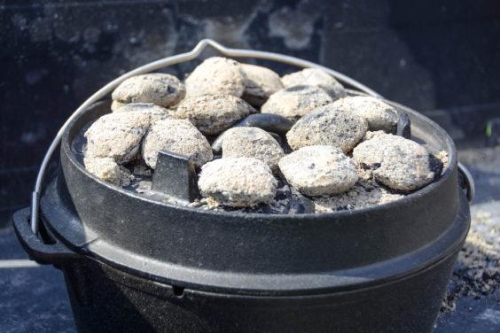 Gefüllte Paprika im Dutch Oven schmoren lassen