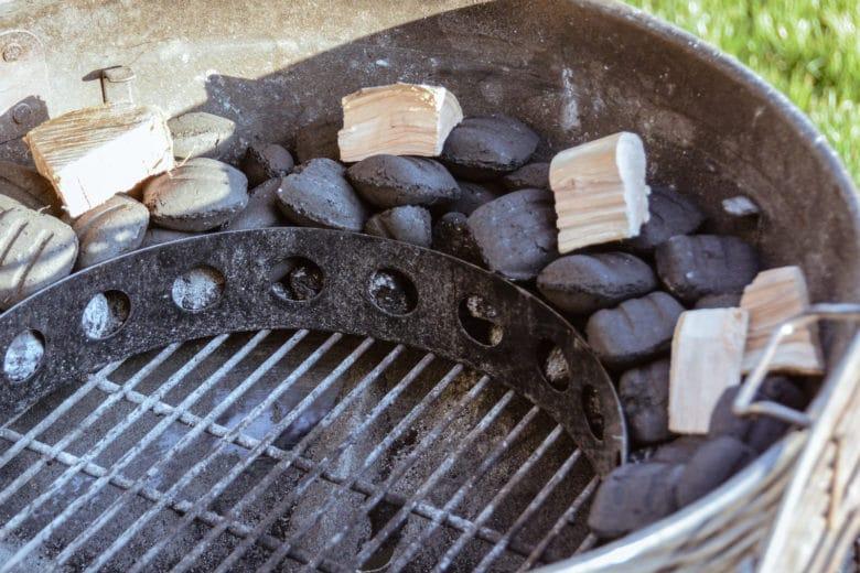 Holz Chunks auf dem Minion Ring zum konstanten Räuchern