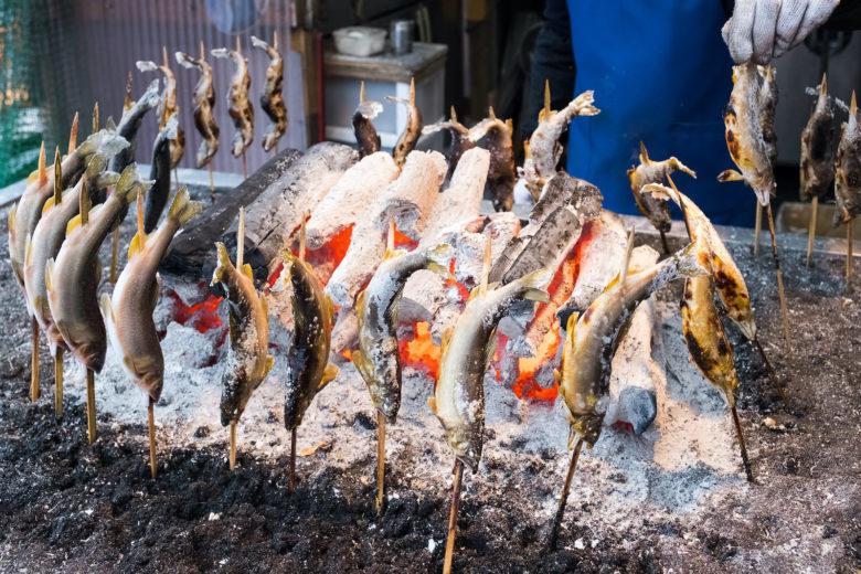 In Bayern und Österreich traditionell: der Steckerlfisch am offenen Feuer gegrillt