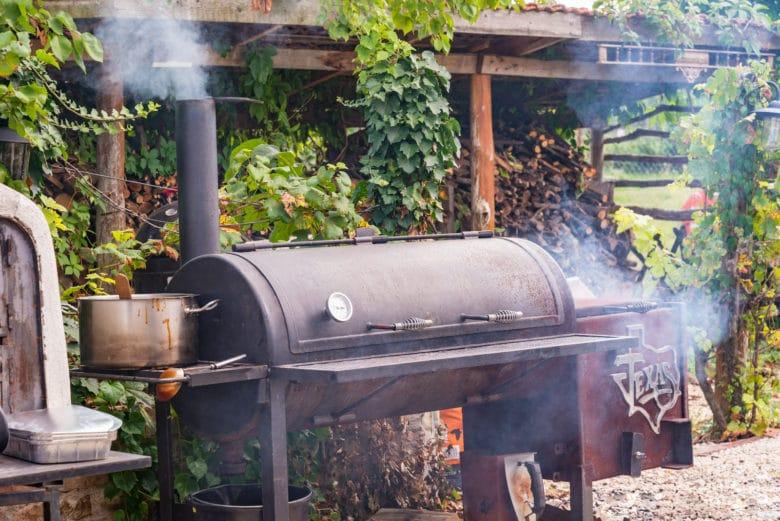 Offset Smoker im BBQ Backyard