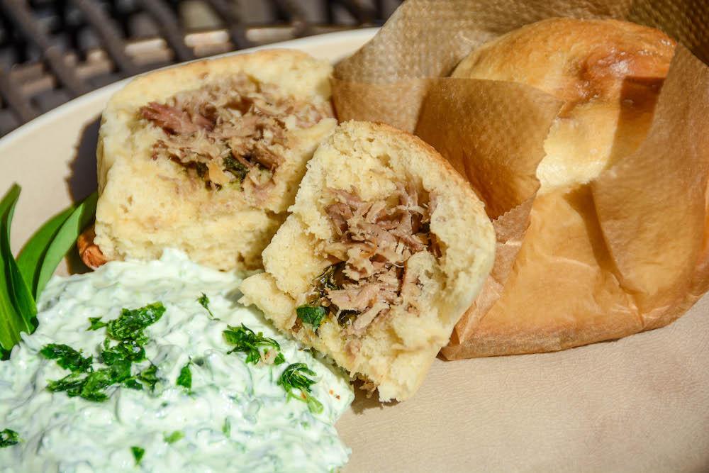 Pikante Buchteln mit Pulled Pork & Bärlauch Fülle vom Grill