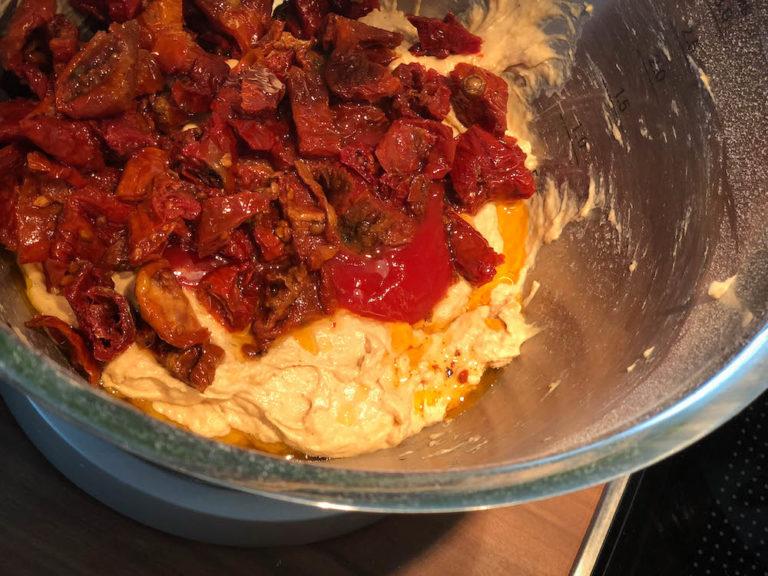 knuspriges italienisches Tomatenbrot am Grill gebacken