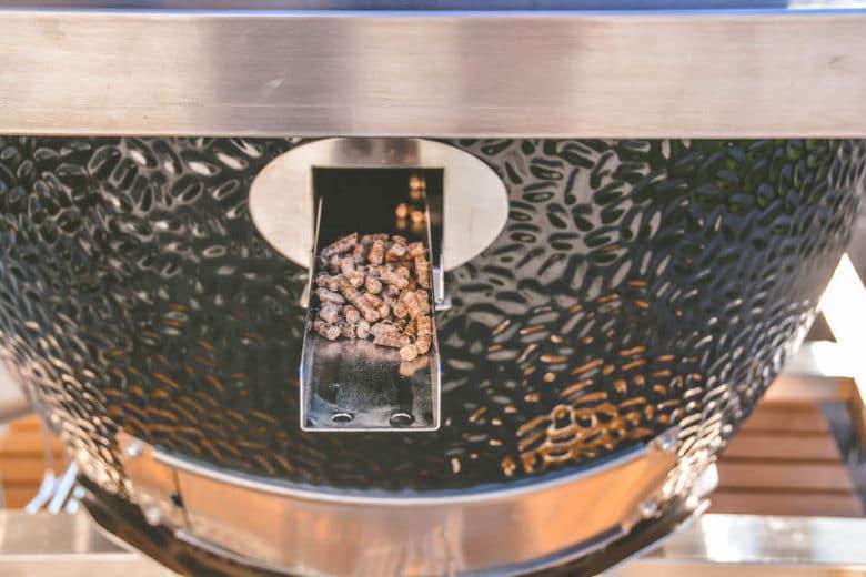 Die Pellets zum Smoken einfach mit der Räucherschiene in den Monolith LeChef Keramikgrill zugeben.
