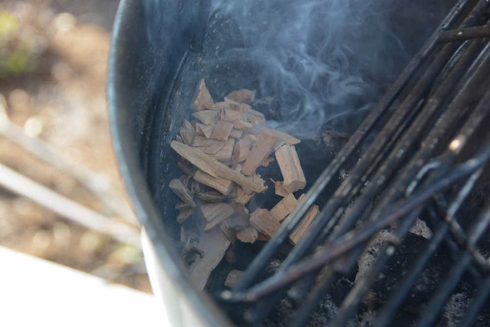 Die Räucherchips für die Smoked Deviled Eggs / Teufelseier werden direkt auf die Glut gelegt.