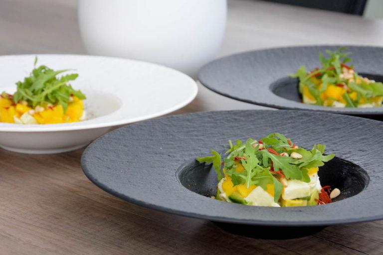 Avocado Mango Mozzarella Tartare serviert