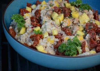 Erfrischender Mango Couscous Salat mit Kichererbsen und getrockneten Tomaten