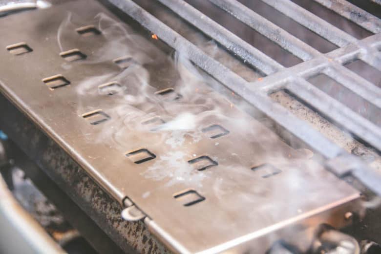 Mit der Räucherbox arbeiten für leckere Ribs / Ripperl im Gasgrill