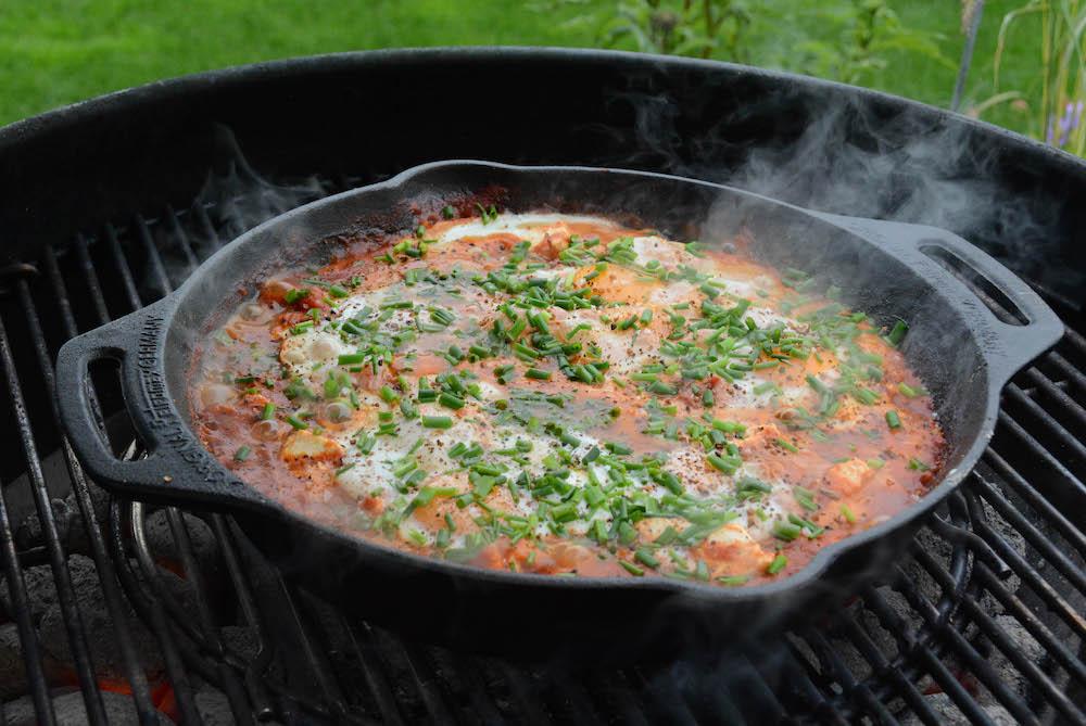 Shakshuka direkt aus der Feuerpfanne bzw. dem Dutch Oven