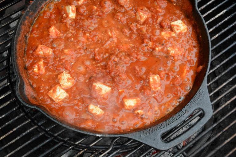 Die Sauce für ein leckeres Shakshuka einkochen lassen