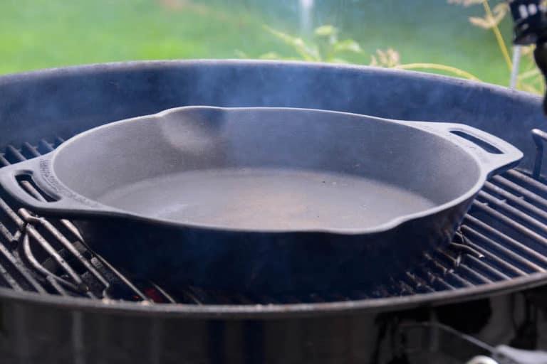 Die Feuerpfanne / Dutch Oven für das Shakshuka erhitzen