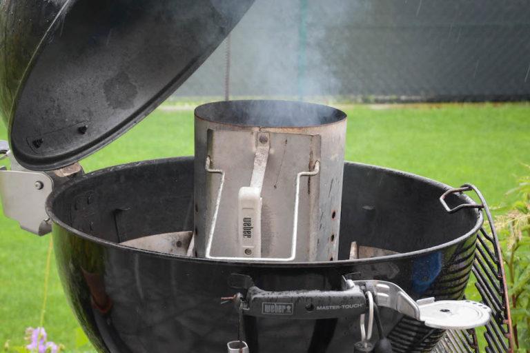 Die Briketts für ein frisches Shakshuka im Anzündkamin anfeuern