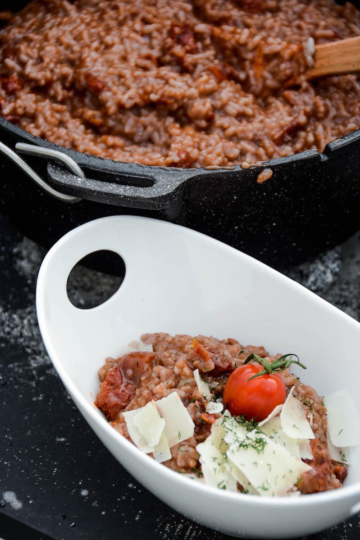 Cremiges Tomatenrisotto aus dem Dutch Oven serviert
