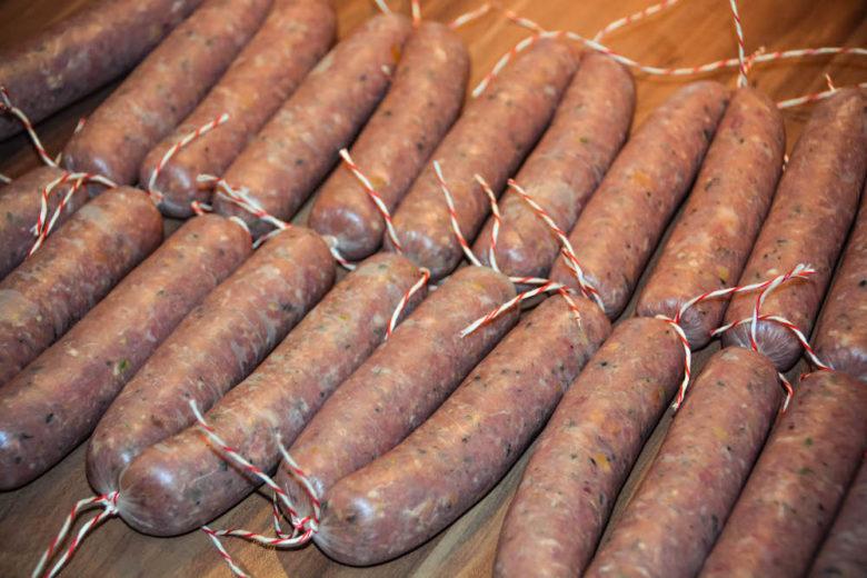 Wursten - Bratwurst abgebunden in einzelne Würstelpaare