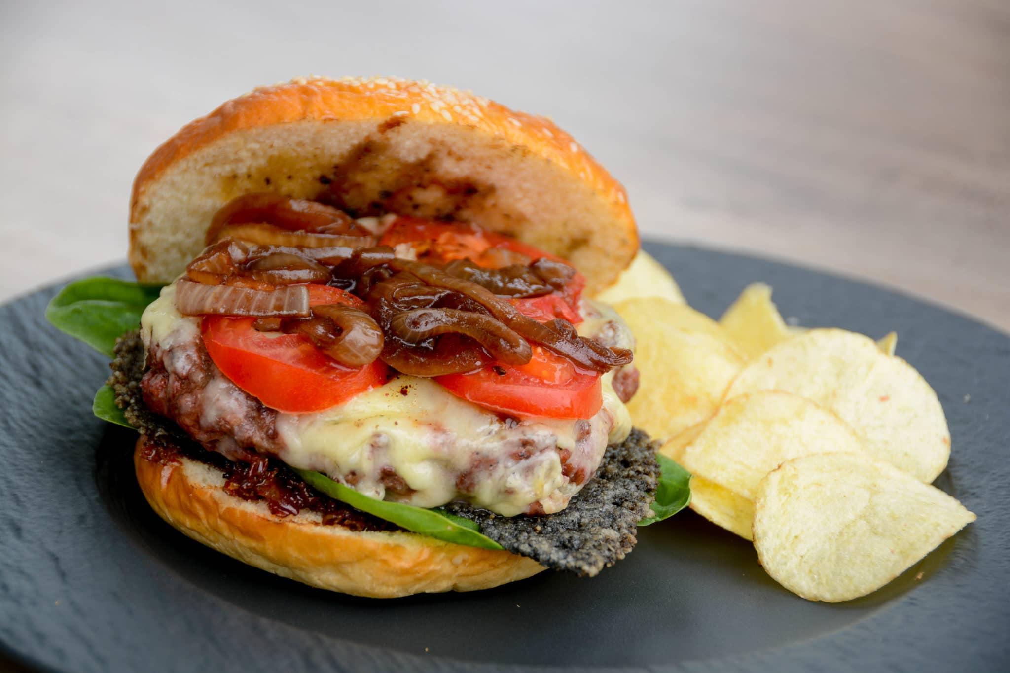 Leckerer Burger mit frischem Balsamico Zwiebel Topping