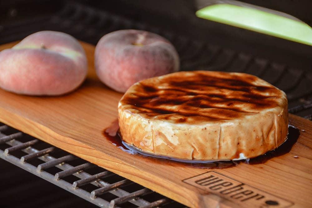 Camembert auf der Holzplanke räuchern