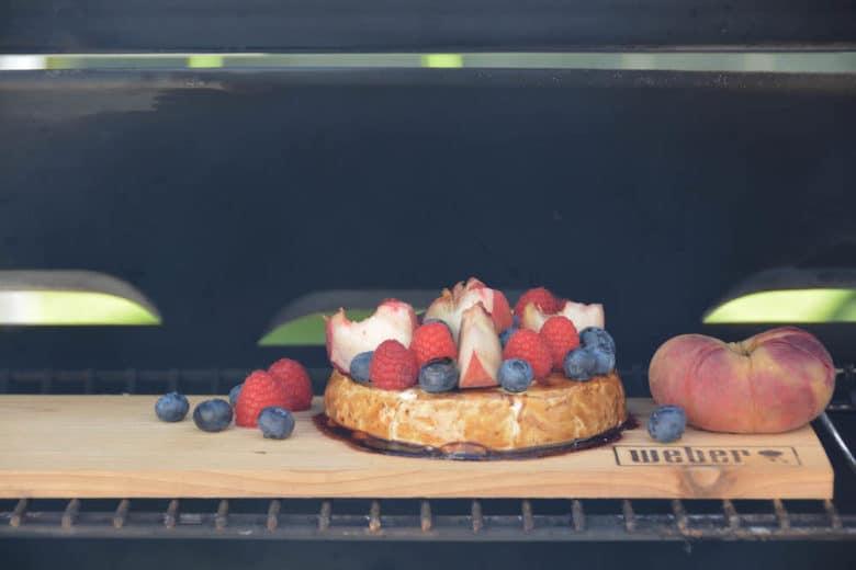 Camembert am Weber SmokeFire während dem Räuchervorgang